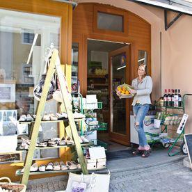 Reformhaus Buchegger Geschäftsfront mit Sylvia Buchegger